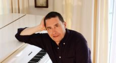 Jools_Holland_Press_Picture_3_photocredit_Christabel_McEwen-px800