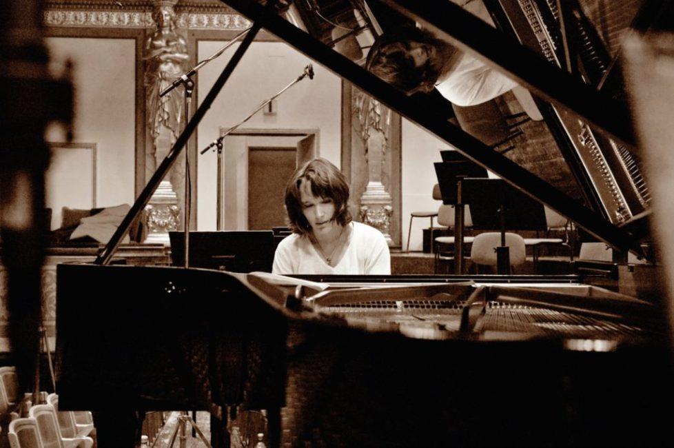 "02 Grimaud ""Brahms Piano Concertos [Photocredit: Mat Hennek / DG]"