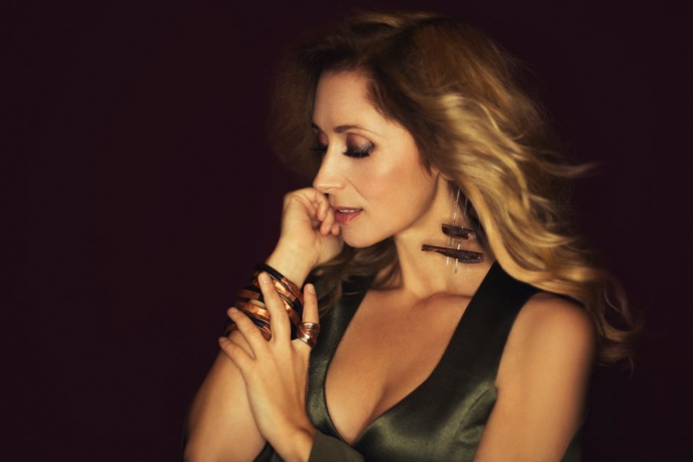 "Topstar Lara Fabian mit erster Single ""Growing Wings"" aus neuem Album ""Camouflage"""